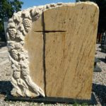 nagrobek orange stone żółty rzeźba winorośla krzyż
