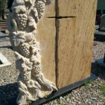 nagrobek orange stone żółty rzeźba winorośla krzyż 2