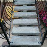 zdjęcie schodów granitowych na konstrukcji ażurowej