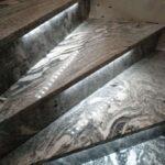 na zdjęciu schody Viscont White podświetlane