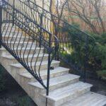 na zdjęciu schody granitowe kremowe Astoria