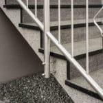 schody kamienne granitowe szare ze stalową barierką