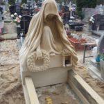 nagrobek rzeźba z piaskowca postać z wieńcem 2