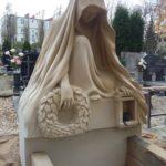 nagrobek rzeźba z piaskowca postać z wieńcem 3