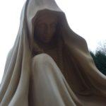 nagrobek rzeźba z piaskowca postać z wieńcem głowa