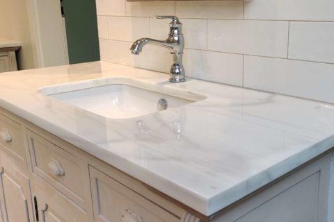 blat łazienkowy z białego marmuru